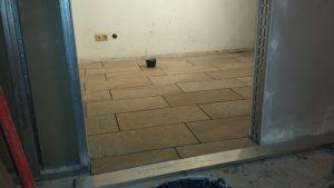 Fußbodenfliesen verlegt